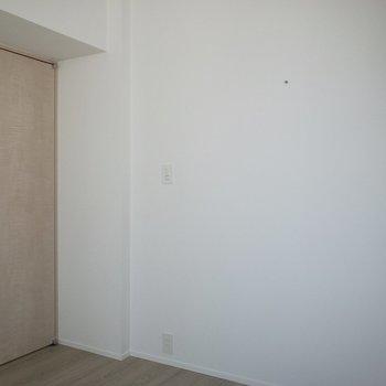 【洋室】セミダブルベッドが入る広さ。