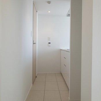 【LDK】キッチンを見ていきます。右手前には冷蔵庫置き場があります。