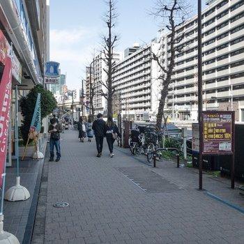 大通りです。麻布十番駅はこの通りにあります。