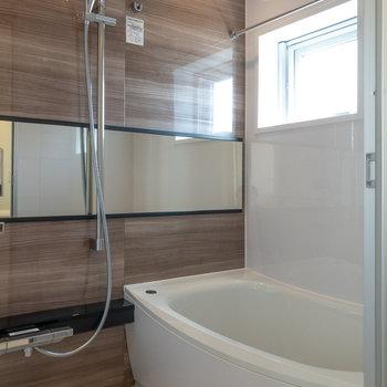 浴室は窓があるため圧迫感がありません。浴室乾燥機付きです。