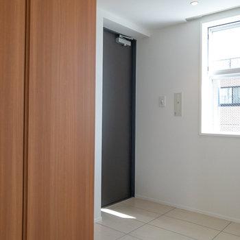 玄関です。フラットタイプなのでマットなどを敷くと床が汚れにくくなります。