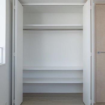 【洋室】クローゼットは横幅があります。二人暮らしでも衣類があふれることはなさそうです。