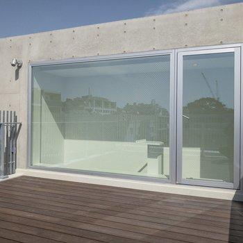 コンクリートと大きな窓。デザイナーズらしさがあります。