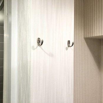 トイレ横に可愛いフックもありました。※写真はクリーニング前のものです
