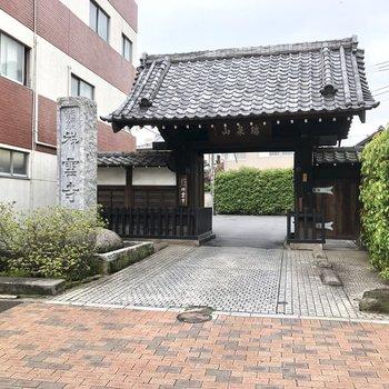 近くにお寺があります。