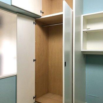 【Bed Room②】こちらにも背の高いクローゼットがあります。※写真はクリーニング前のものです