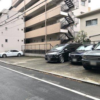 エントランス横には駐車場があります。