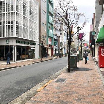 バラエティー豊かなお店が立ち並ぶ商店街。