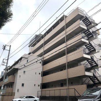 8階建ての鉄筋コンクリートマンションです。