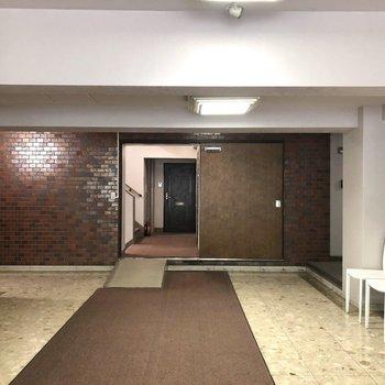スロープを上がると右手にエレベーターがあります。