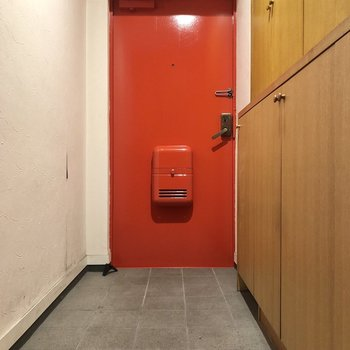 玄関ドアは鮮やかなレッド。※写真はクリーニング前のものです