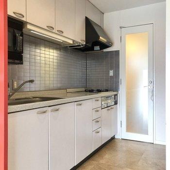 赤い壁の向こうには、2mを超える大きなキッチンがありました。※写真はクリーニング前のものです