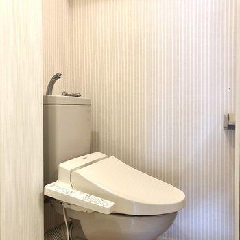 換気ができます。温水洗浄便座付きのトイレ。※写真はクリーニング前のものです