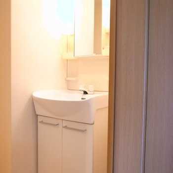 洗面台の右がすこし空いており、スリムな棚などが入ります。