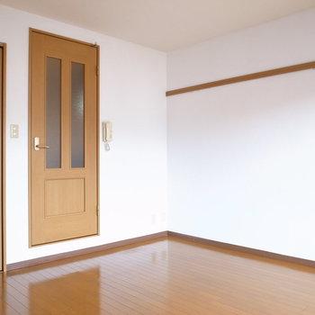 こちらの壁際には棚などを、反対にベッドがいいかな?