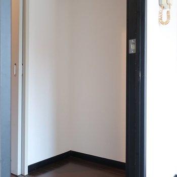 クローゼットは廊下面にありますよ。(※写真は6階の同間取り別部屋、モデルルームのものです)