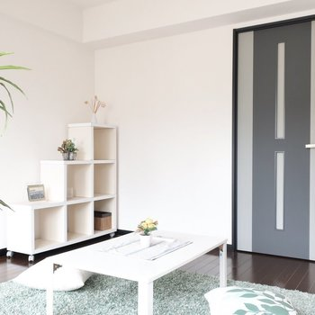 低めの家具を置けばすっきり広く◎(※写真は6階の同間取り別部屋、モデルルームのものです)