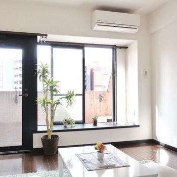 大きな窓で開放感、いっぱい。(※写真は6階の同間取り別部屋、モデルルームのものです)