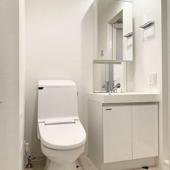 脱衣所にトイレと洗面台があります。