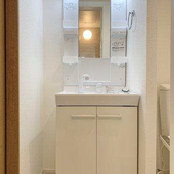 独立洗面台横にはちょっとしたラックが置けそう。※写真は1階の反転間取り別部屋のものです