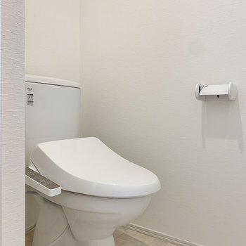 温水洗浄付きです。※写真は1階の反転間取り別部屋のものです