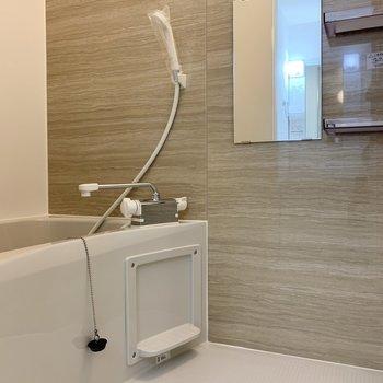 ぬくもりを感じられるバスルーム。※写真は1階の反転間取り別部屋のものです
