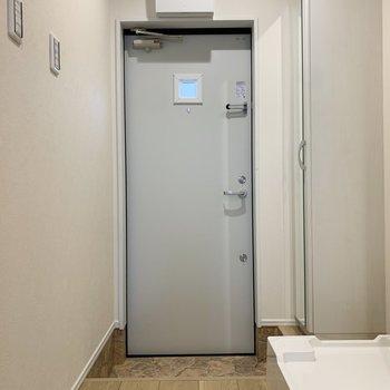 玄関の段差は高め。※写真は1階の反転間取り別部屋のものです