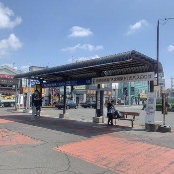 目の前には<久米川駅>行きのバス停があります。