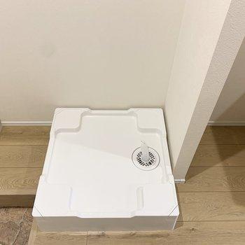 洗濯機置き場は玄関横。※写真は1階の反転間取り別部屋のものです