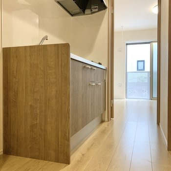 キッチンも木目調。※写真は1階の反転間取り別部屋のものです