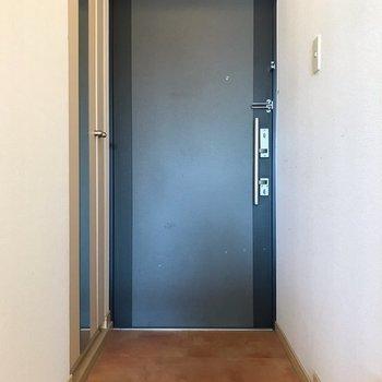 玄関周りはゆったりしています。傘立てにもこだわりたい。(※写真は5階の同間取り別部屋、清掃前のものです)