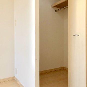 じゃじゃーん!大きなウォークインクローゼット!(※写真は5階の同間取り別部屋、清掃前のものです)