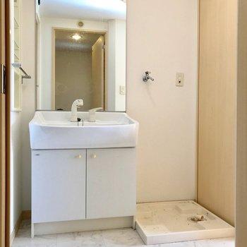 大きな鏡付きの洗面台!朝の支度も抜かりなく。(※写真は5階の同間取り別部屋、清掃前のものです)