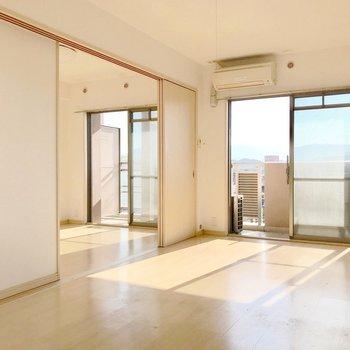 2つの大きな窓から、眩しいくらいの光が入ります。(※写真は5階の同間取り別部屋、清掃前のものです)