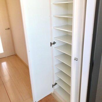 シューズボックスは大容量!靴用品もまるっと入りますね。(※写真は5階の同間取り別部屋、清掃前のものです)