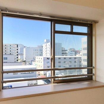 出窓にはお気に入りの雑貨を飾りましょう。(※写真は5階の同間取り別部屋、清掃前のものです)