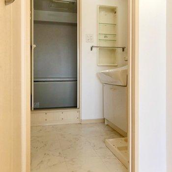 真ん中の扉は脱衣所に繋がっていました。(※写真は5階の同間取り別部屋、清掃前のものです)