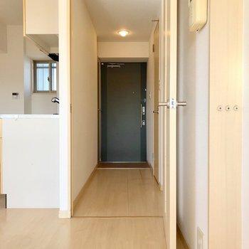 もちろん、リビングからも廊下に出られますよ。(※写真は5階の同間取り別部屋、清掃前のものです)