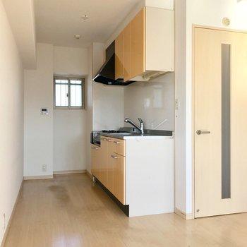 小窓の前に冷蔵庫、キッチン向かいに食器棚を置けます。(※写真は5階の同間取り別部屋、清掃前のものです)