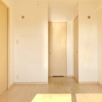反対側には何やら気になる凹み…3枚の扉がありました。(※写真は5階の同間取り別部屋、清掃前のものです)