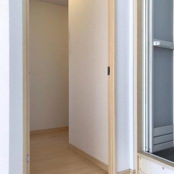 こちらの扉からは廊下に出られます。(※写真は5階の同間取り別部屋、清掃前のものです)