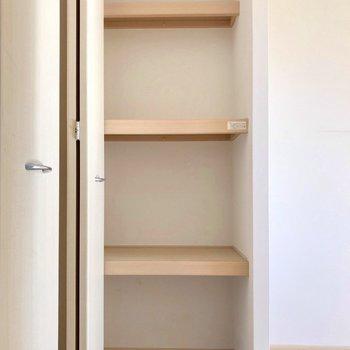 向かいにはこんな棚。下着やタオルの収納に便利!(※写真は5階の同間取り別部屋、清掃前のものです)