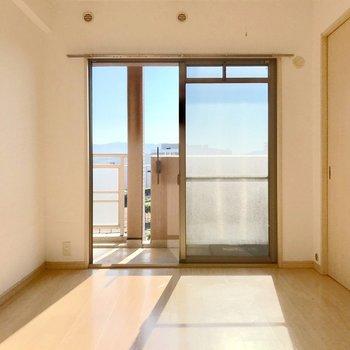 洋室は5.5帖。心地よいベッドルーム。(※写真は5階の同間取り別部屋、清掃前のものです)