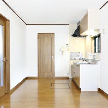 室内はブラウンカラーの内装で、アンティークの雰囲気が良く合います。