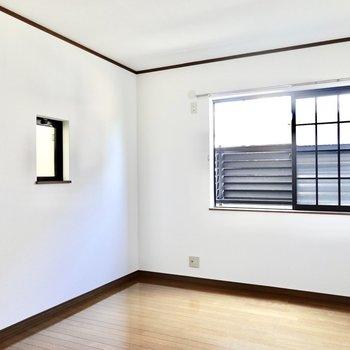洋室は約6.5帖。二人分のベッドも置けますね。