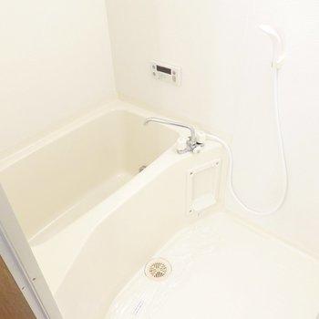 洗面台の背面側にお風呂。二人暮らしに嬉しい追い焚き付きです!