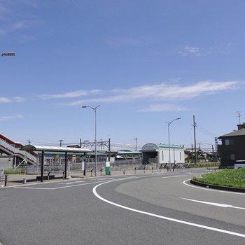 最寄り駅の「間内駅」。ローカル線ですが大きなロータリーもあるんです。