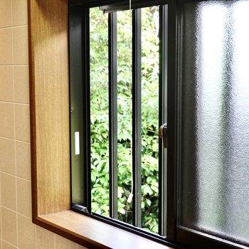 窓があって換気がしやすい◎ここからもお隣の緑を見ながら料理ができますね。