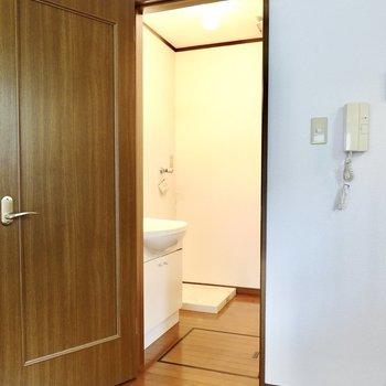 キッチン隣のドアから脱衣所へ。開けると正面奥に洗濯機置場があります。