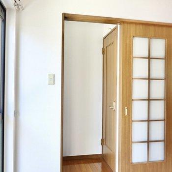 おトイレは玄関側に。ドアを開けて右手です。